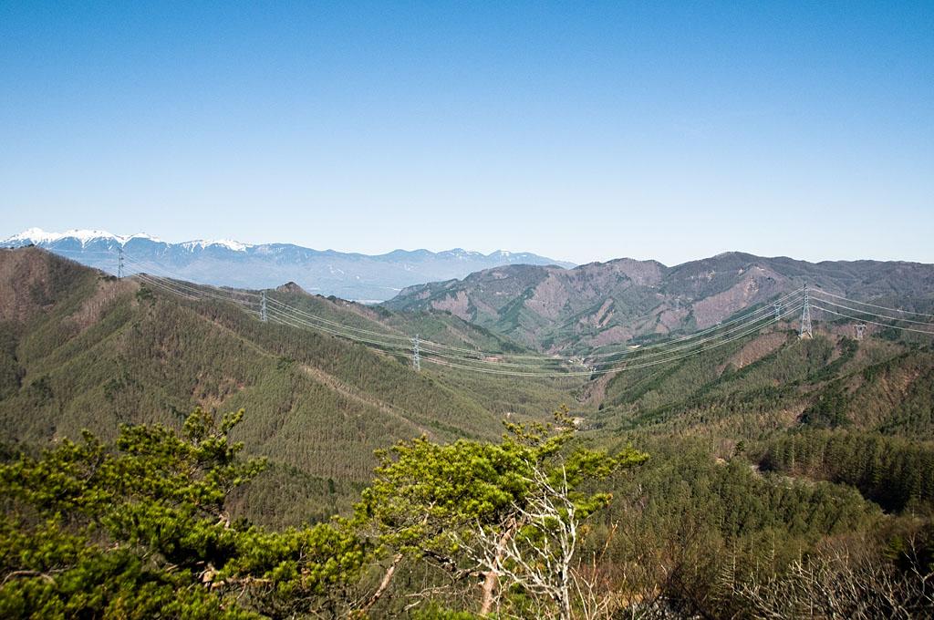 写真:「4本カテナリーの西群馬幹線、北相木村越え(左から108、107、106、105号)」へリンク